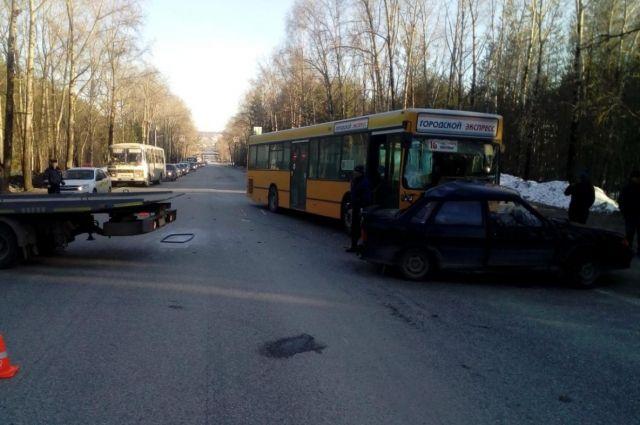 В ДТП с пассажирским автобусом в Соликамске один человек погиб, второй получил травмы