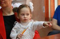 Полина такая же любознательная и активная, как другие дети.