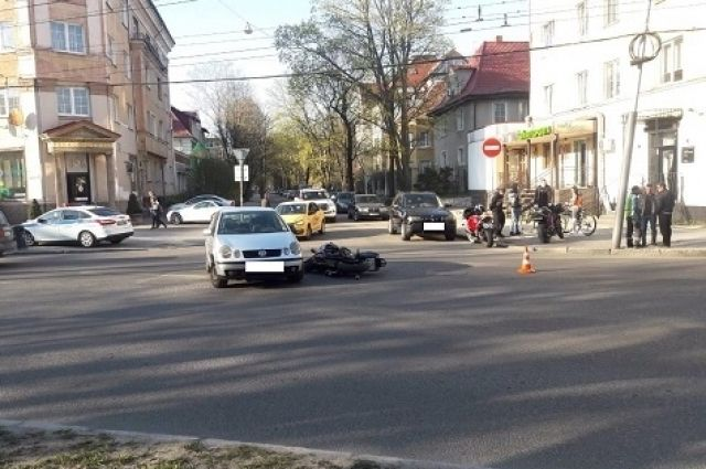 20-летняя мотоциклистка пострадала при столкновении с автомобилем