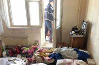 В Киеве с шестого этажа упала трехлетняя девочка, пока ее пьяная мать спала
