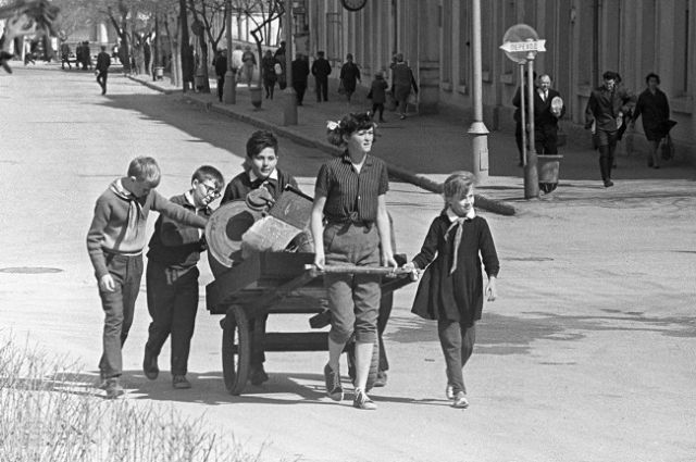 Советские школьники собирают металлолом.