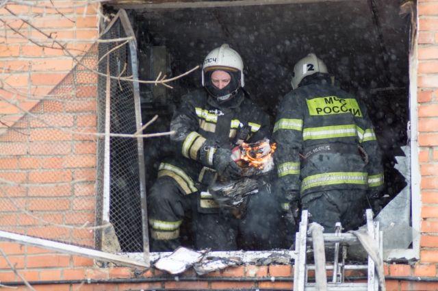 В здании обнаружили три газовых баллона, которые вынесли во избежание взрыва.