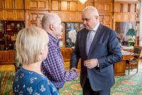 Семейная пара встретилась с губернатором.