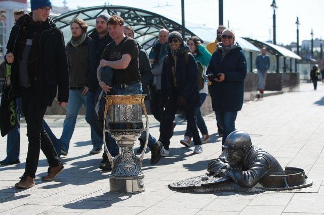 Омскому сантехнику Степанычу показали кубок Гагарина и шайбу КХЛ