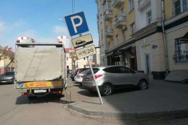 Дорожники восстанавливают поврежденные знаки