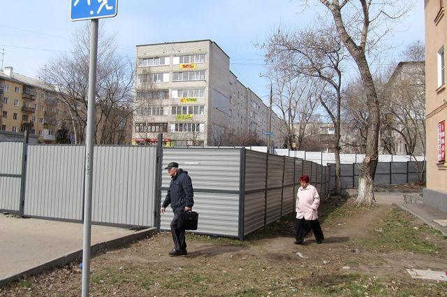 Забор мешает проезду чрезвычайных служб, уверяют жители соседних домов
