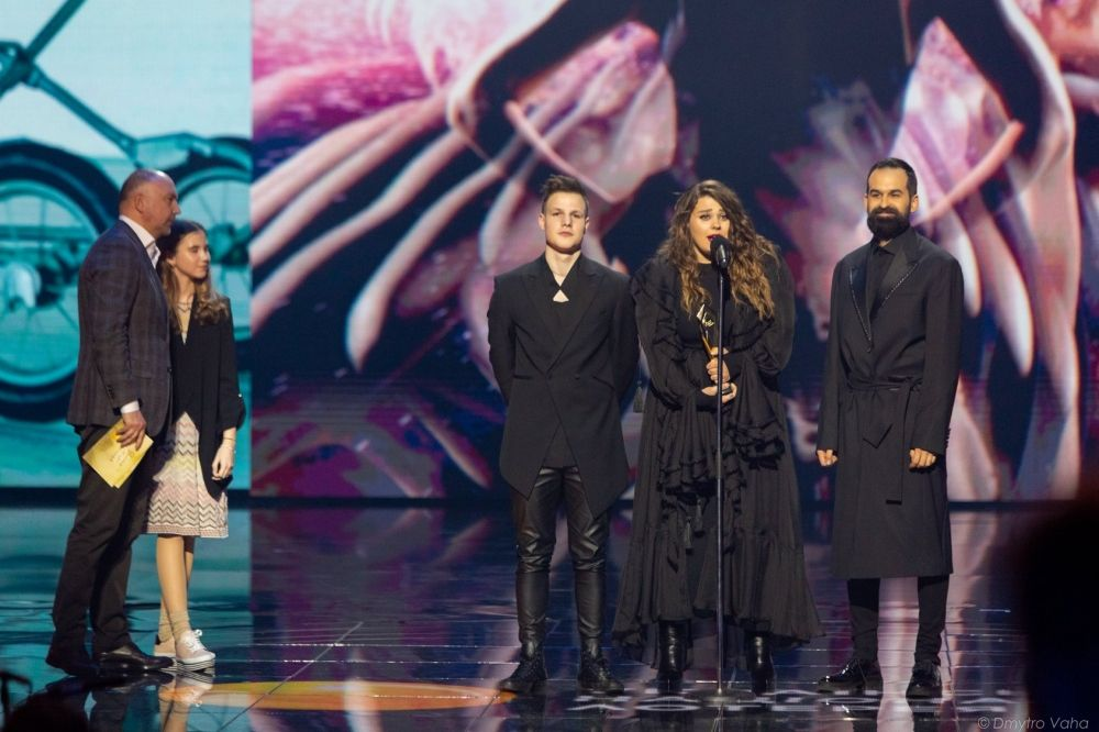 """KAZKA, как начали свое триумфальное шествие еще в 2017 году, получив награду """"Открытие года"""", так и продолжают собирать статуэтки. В этот раз они получили """"Жар Птицю"""" как """"лучшая поп-группа"""" года."""
