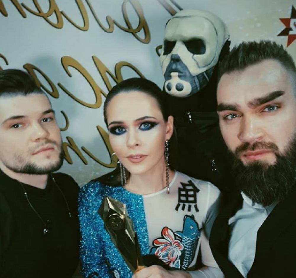 """The HARDKISS получили награду """"Лучшая баллада"""" за сингл """"МЕЛОДІЯ"""". А на красной дорожке Юлия Санина блистала в бело-синем цвете."""