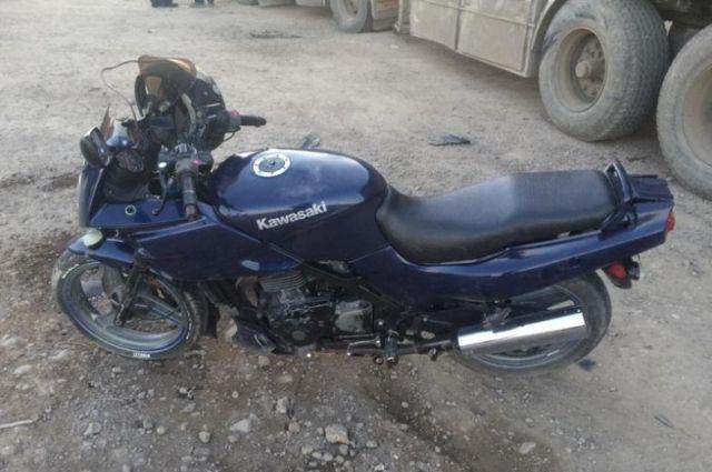 Мужчина ехал на мотоцикле без госномеров.