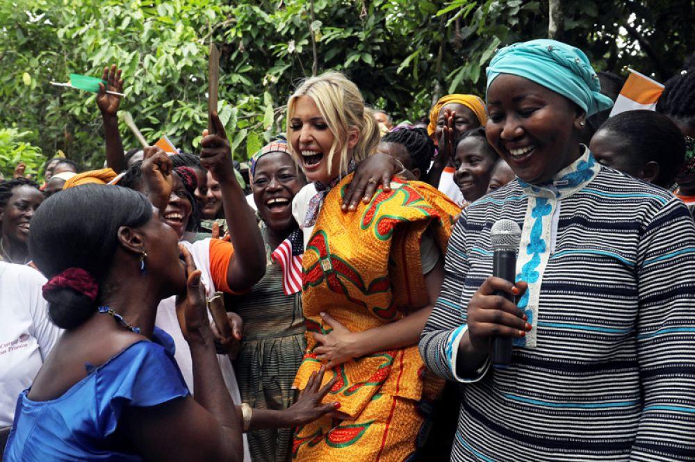 Иванка Трамп танцует на встрече с женщинами-предпринимателями на какао-ферме во время визита в Кот-д'Ивуар.