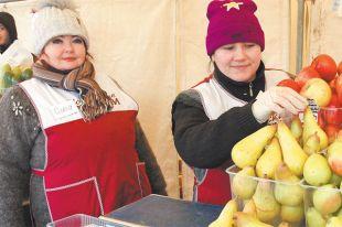 Продавщица Ольга (слева) охотно объяснит любому покупателю, как правильно выбирать овощи, чем отличаются разные сорта, откуда привезён товар икак его проверяют.