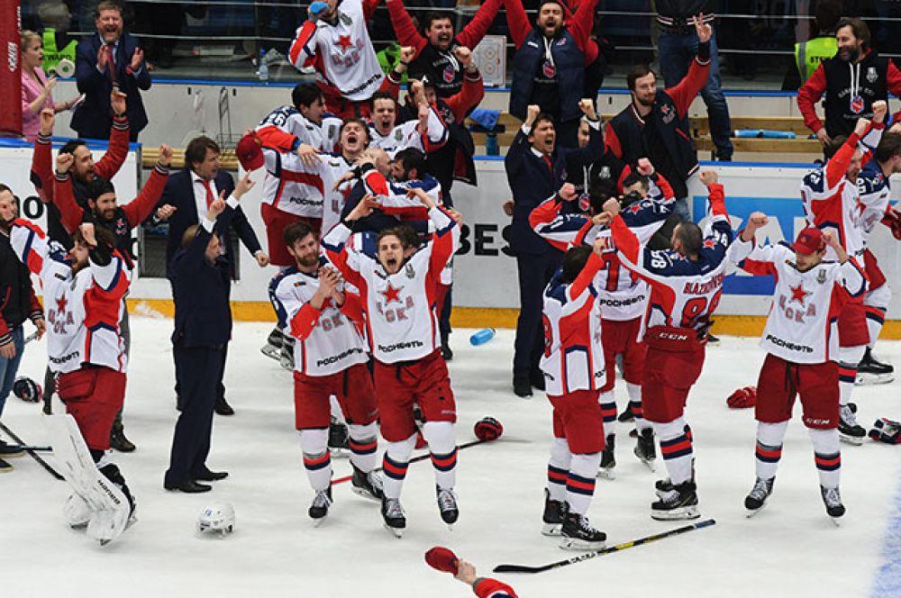 Игроки ЦСКА радуются победе над омским «Авангардом» в финальной серии плей-офф КХЛ.