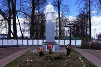 У мемориала после митинга были возложены цветы.