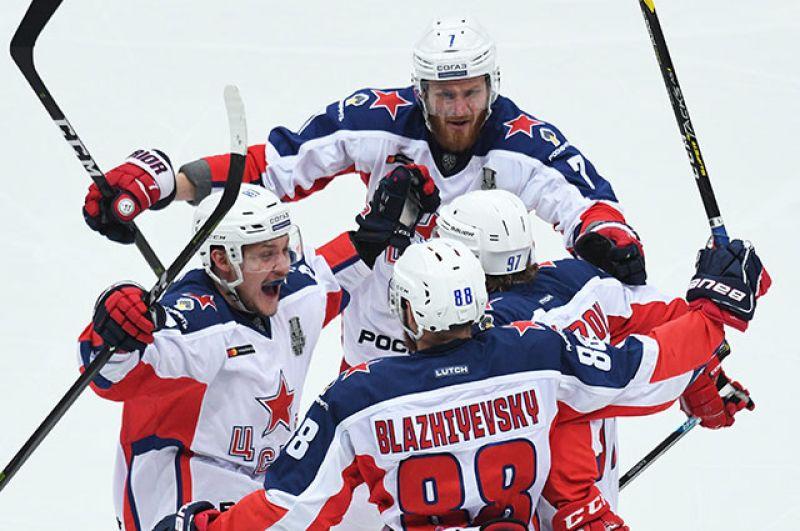 Игроки ЦСКА радуются после первой ответной шайбы, забитой Кириллом Капризовым в ворота «Авангарда».