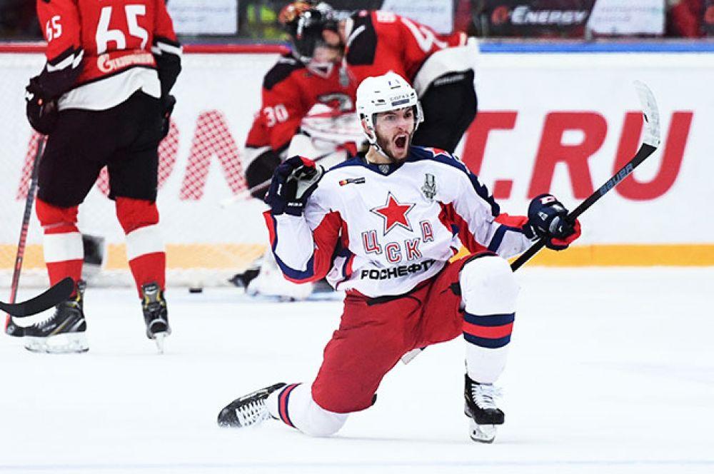 Константин Окулов радуется забитой шайбе.