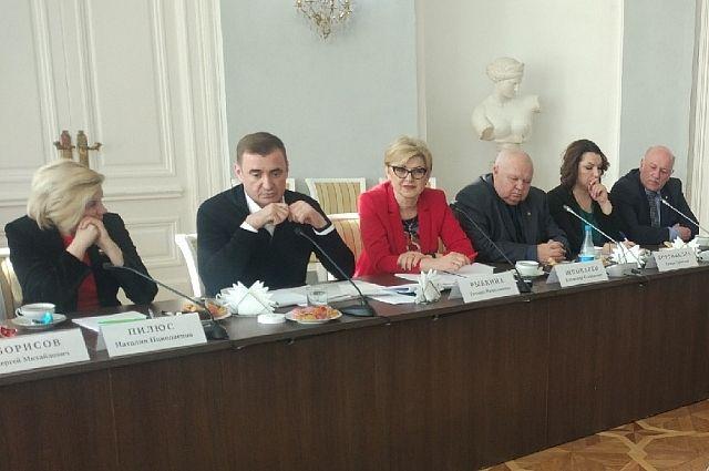 Встреча проходит в Богородицком дворце.