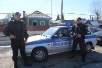На фото: Старший прапорщик Евгений Якунин и прапорщик Василий Андреев.