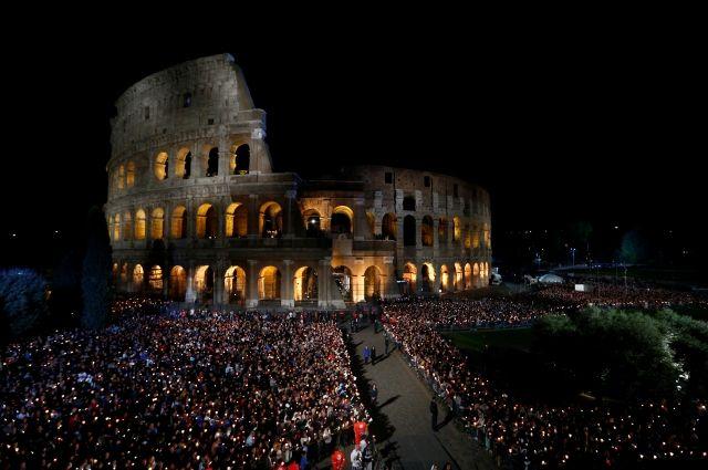 Папа Римский возглавил крестный ход вокруг Колизея