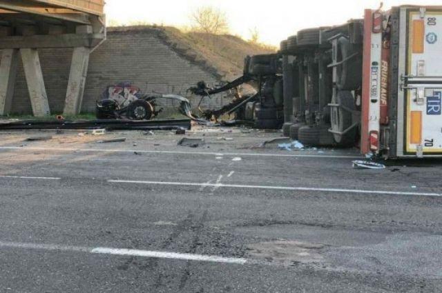 Фура влетела в опору, а затем столкнулась с двумя грузовиками: масштабная авария под Одессой перекрыла трассу на Киев