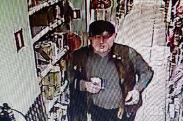 Правоохранительные органы выясняют личность мужчины, которого подозревают в ограблении супермаркета