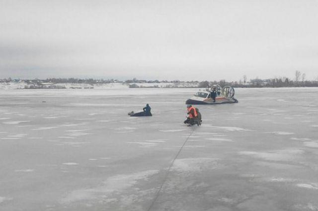 Двух рыбаков сняли с льдины в Магаданской области.
