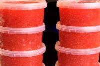 Хабаровчанин заказал у бизнесмена 100 литров красной икры и сбежал с ней.