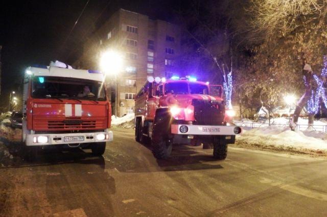 Чтобы потушить пламя, потребовалось шесть единиц техники и 21 человек личного состава.