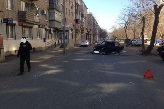 В Оренбурге «ВАЗ» врезался в дерево после столкновения с Suzuki
