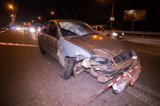 В Киеве автомобиль сбил пешеходов на остановке