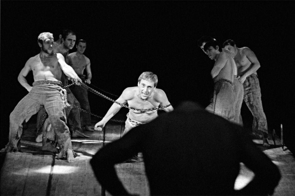 Репетиция спектакля «Пугачев». В роли Хлопуши — Владимир Высоцкий.