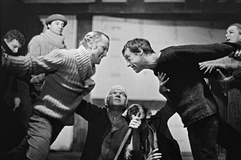 Сцена из спектакля «Гамлет». Владимир Высоцкий в роли Гамлета (справа), Александр Пороховщиков в роли Клавдия (слева).