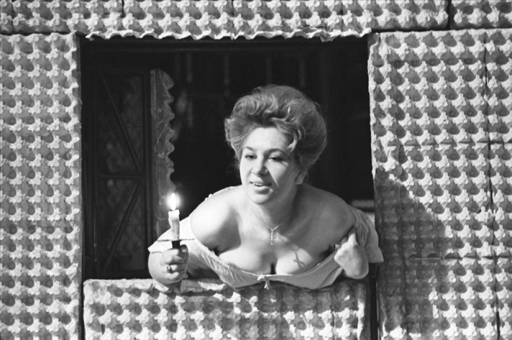 Сцена из спектакля «Жизнь Галилея» по пьесе Бертольта Брехтаа. В роли госпожи Сарти — Инна Ульянова.