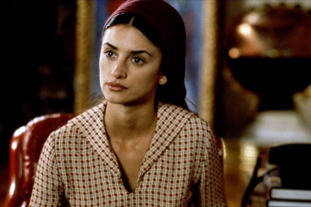 В 1999 году Педро Альмодовар пригласил Крус для работы над фильмом «Все о моей матери». В нем она сыграла молодую монахиню Марию Розу, больную ВИЧ. Картина получила «Оскар» как лучший фильм на иностранном языке.
