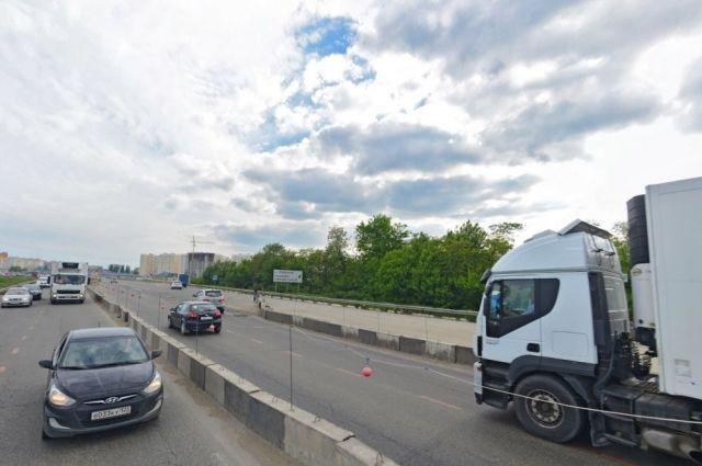 На дорогах Хабаровска продолжается ямочный ремонт.