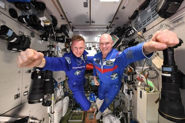 Космонавты Сергей Прокопьев и Олег Артемьев на МКС (слева направо).