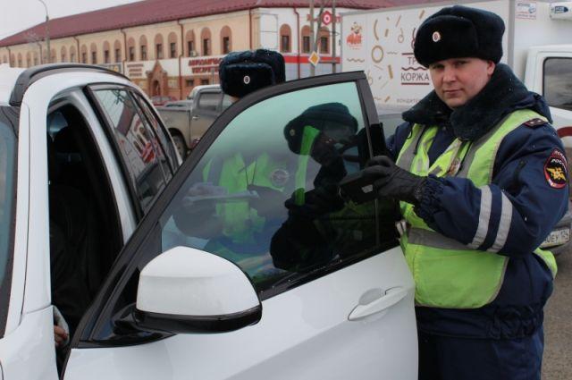 Инспекторы выявляют автомобили с чрезмерной тонировкойстекол.