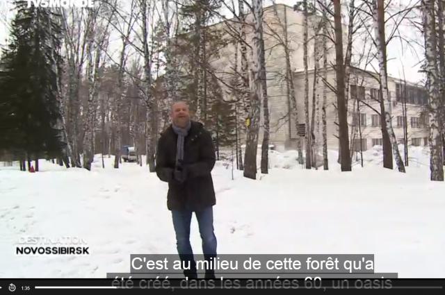 Видеоролик о Новосибирске заканчивается стендапом. После него ведущий уезжает на лыжах из кадра.