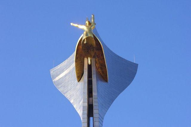 О сооружении мемориала воинам-освободителям Ростова-на-Дону от немецко-фашистских захватчиков именно на Театральной площади было принято на городском митинге в 1943 году.