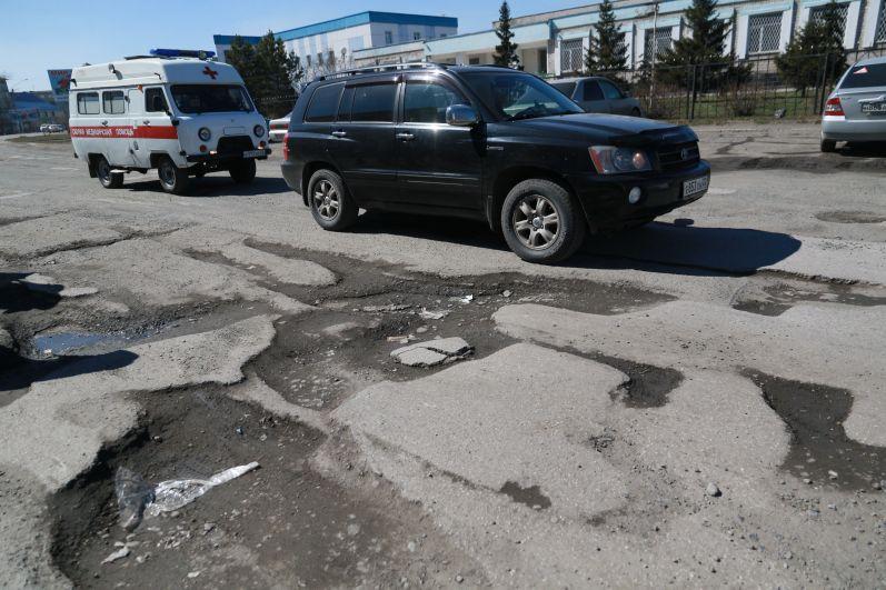 Плохие дороги вызвали, пожалуй, больше всего нареканий местных жителей – их плачевное состояние губернатор смог оценить лично.