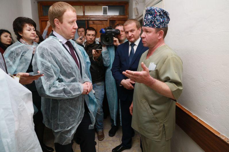 Главврач ЦРБ Константин Федорюк рассказал, что больнице не хватает реаниматологов, хирургов, травматологов, неврологов, кардиологов  и рентгенологов.
