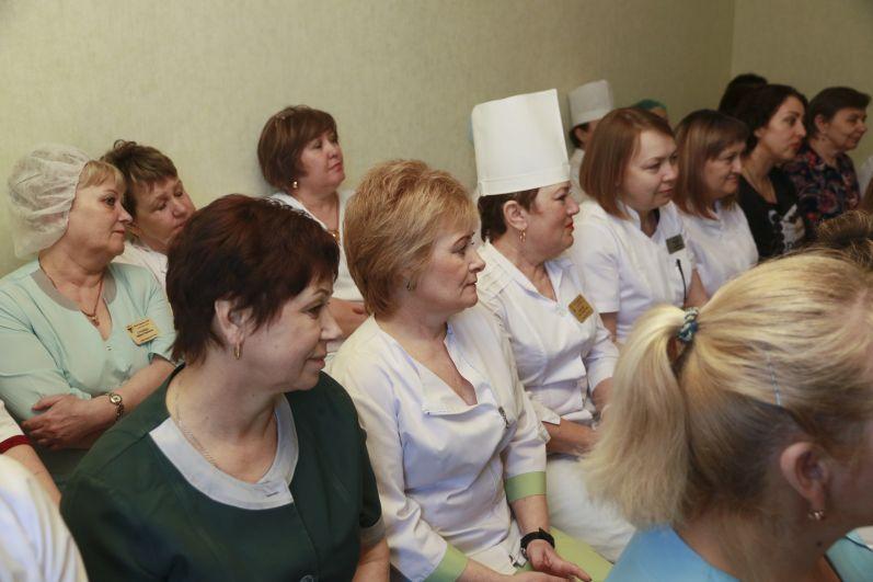 Во время визита в центральную районную больницу губернатор и члены правительства Алтайского края встретились с коллективом.