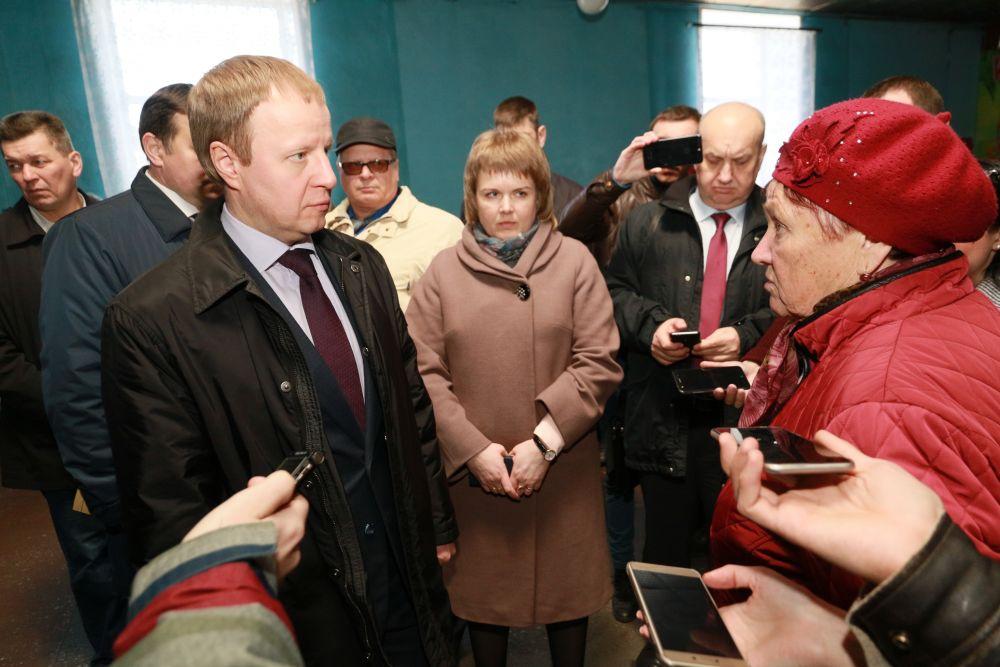 Местные жители постоянно подходили в губернатору Томенко со своими вопросами и пожеланиями – внимание было уделено каждому.