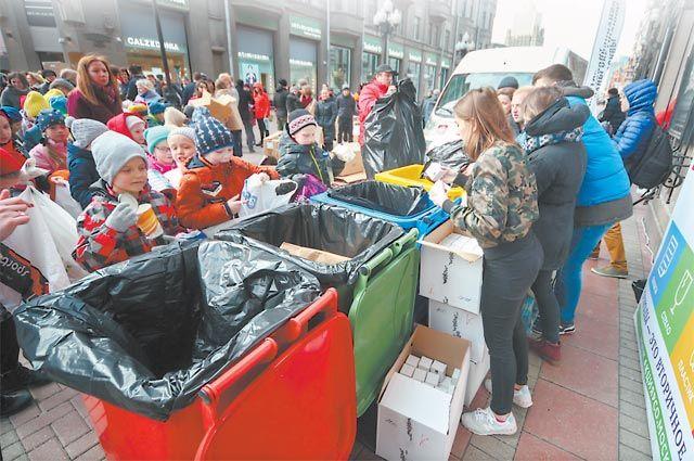 Участникам экологической акции нужно было найти правильный цвет контейнера ираспрощаться состарыми вещами.