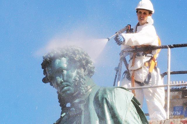 Памятники тоже нужно помыть.