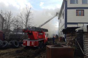 Пожарные тушат надворные постройки возле трехэтажки