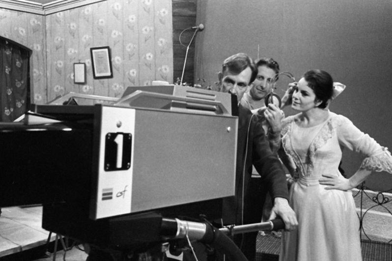 Режиссер-постановщик Дмитрий Кознов и Элина Быстрицкая во время репетиции в Московской студии цветного телевидения.
