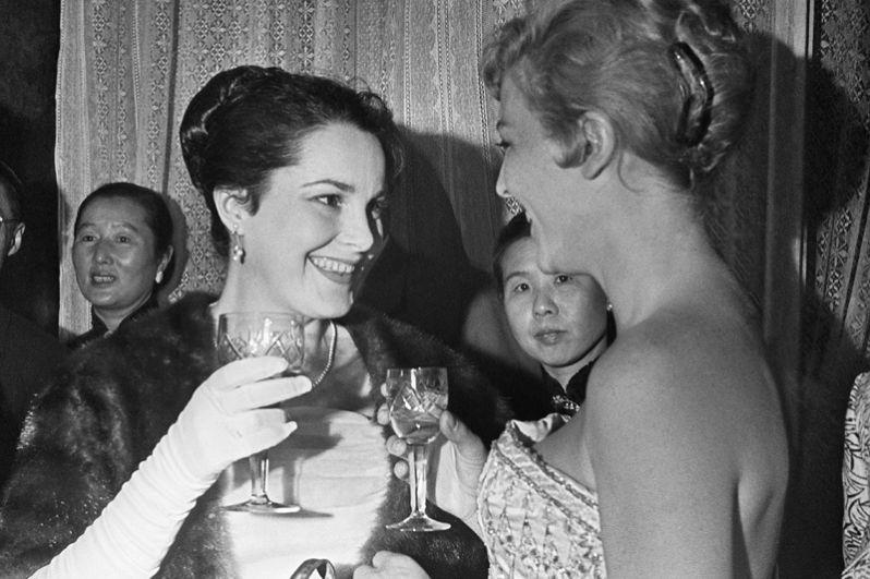 Советская актриса Элина Быстрицкая и актриса из Франции Николь Курсель беседуют на приеме в день открытия Первого Московского международного кинофестиваля в 1959 году.