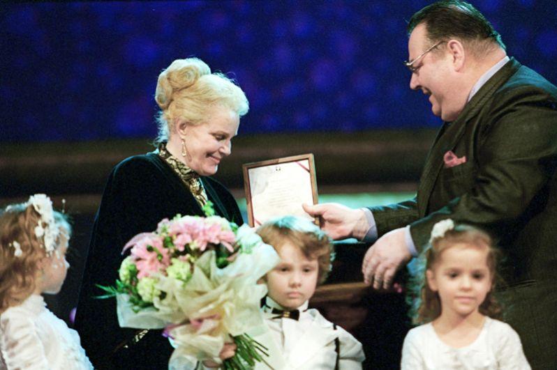 Элина Быстрицкая на торжественной церемонии вручения премии «Кумир», учрежденной российскими деловыми кругами, была провозглашена лауреатом премии в номинации «За высокое служение искусству».