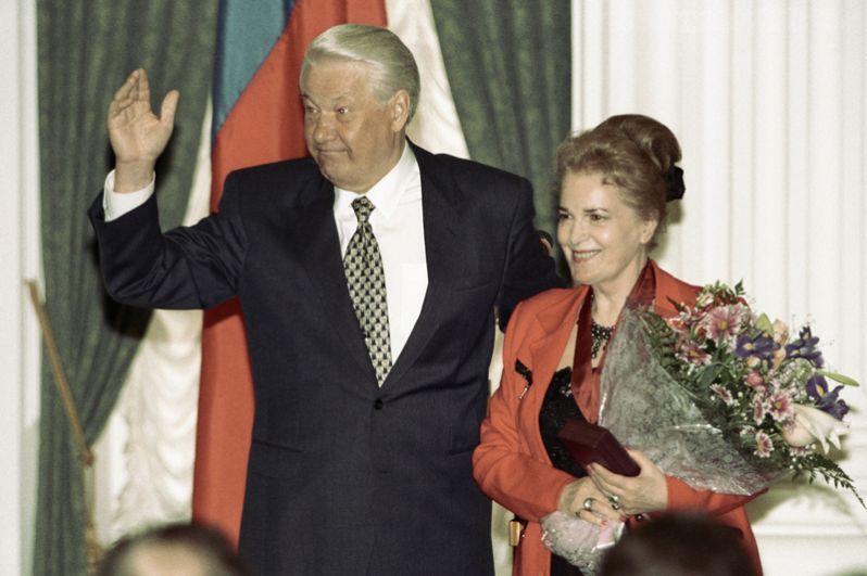 Президент РФ Борис Ельцин и актриса Элина Быстрицкая на церемонии вручения государственных наград в Кремле.