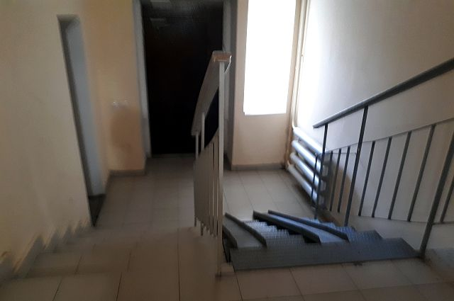 Женщина уехала из двухкомнатной квартиры полтора года назад.